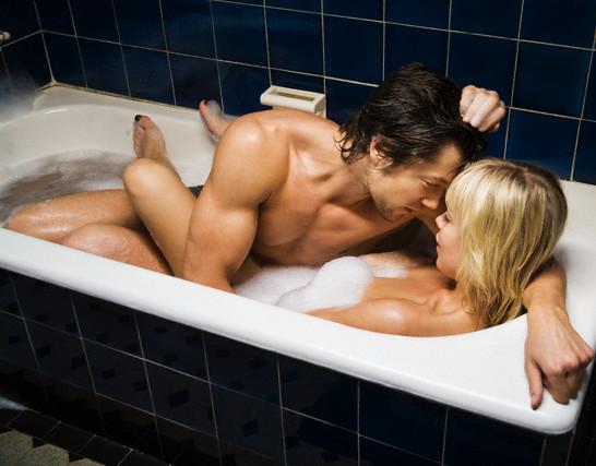 Couple-taking-bubble-bath
